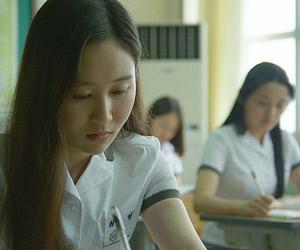 Film Still aus dem Kurzfilm FAMILY PLAN von Ji-Yun Chung, Teil der Kurzfilmsammlung SMALL PALE BLUE GIRLS; zwei koreanische Mädchen sitzen in der Schule