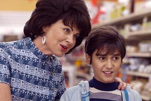 Film Still THIRSTY von Margo Pelletier über Drag-Queen und Cher-Imitator Scott Townsend alias Thirsty Burlington; der junge Scott (gespielt von Cole Canzano) steht mit seiner Mutter Doris (gespielt von Deirdre Lovejoy) in einem Supermarkt