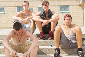 Film Still BEACH RATS von Regisseurin Eliza Hittman; die Clique von vier Jugendlichen sitzt teils mit freiem Oberkörper auf einer Treppe auf Coney Island