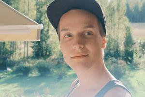 Film Still PIHALLA – SCREWED – AUF ZU NEUEN UFERN von Regisseur Nils-Erik Ekblom; der 17-jährige Elias (gespielt von Valtteri Lehtinen) steht im sonnendurchfluteten Garten in Finnland