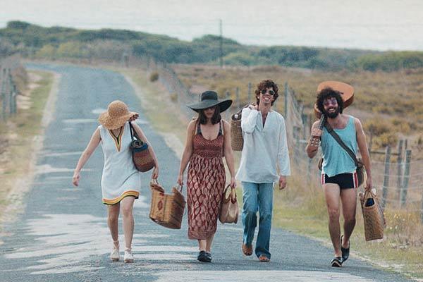 Film Still AL BERTO von Regisseur und Autor Vicente Alves do Ó über den portugiesischen Dichter Alberto Raposo Pidwell Tavares; Al Berto (gespielt von Ricardo Teixeira) geht mit zwei Freundinnen und seinem Geliebten João Maria (gespielt von José Pimentão), der eine Gitarre trägt, eine Küstenstraße entlang