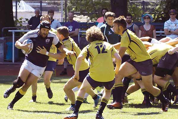 Film Still TACKLING LIFE, ein Dokumentarfilm von Regisseur Johannes List über das Rugby-Team Berlin Bruisers; einer der schwulen Spieler mit dem Ball in der Hand versucht, am gegnerischen Team vorbeizukommen