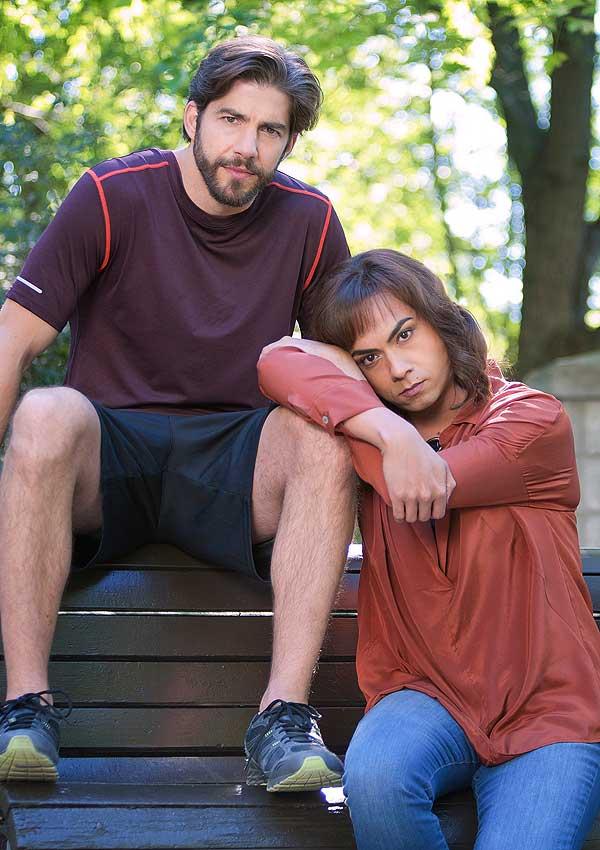 Film Still der transsexuellen Komödie VENUS von Autorin und Regisseurin Eisha Marjara, Kanada 2017; Sid (gespielt von Debargo Sanyal) und lehnt sich bei Daniel (gespielt von Pierre-Yves Cardinal) an, der auf der Lehne einer Parkbank sitzt