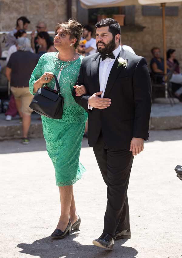 Film Still der romantischen Komödie MY BIG CRAZY ITALIAN WEDDING von Ko-Autor und Regisseur Alessandro Genovesi, Italien 2017; Paolo (gespielt von Salvatore Esposito) spaziert mit Donato (gespielt von Dino Abbrescia), der Frauenkleider trägt und geschminkt ist