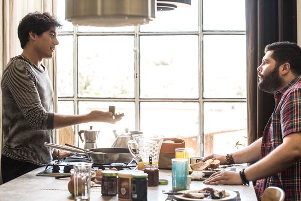 Film Still der romantischen Komödie MY BIG CRAZY ITALIAN WEDDING von Ko-Autor und Regisseur Alessandro Genovesi, Italien 2017; Antonio (gespielt von Cristiano Caccamo) macht seinem Freund Paolo (gespielt von Salvatore Esposito) in ihrer lichtdurchfluteten Küche einen Hochzeitsantrag