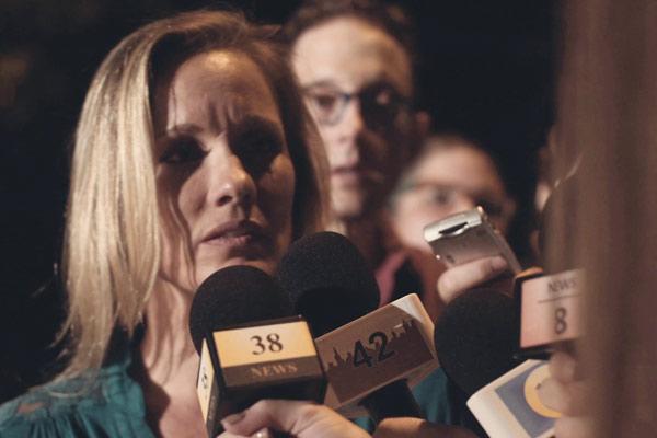 Film Still Bully von Regisseur, Autor und Komponist Aaron Alon, USA, 2018; Sams Mutter (Danica Dawn Johnston) wird von Fernsehteams umringt.