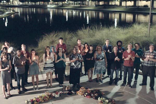Film Still Bully von Regisseur, Autor und Komponist Aaron Alon, USA, 2018; eine Gruppe von Schülern und Bürgern hält eine Mahnwache für Sam ab