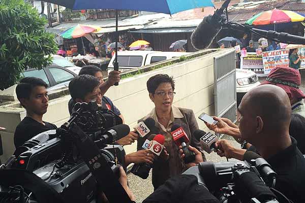 Film Still CALL HER GANDA von Regisseur, Produzent und Ko-Autor PJ Raval aus USA und Philippinen, 2018, über den Mord an Filipino-Transfrau Jennifer Laude durch einen US-Marine; Virginia Lacsa Suarez spricht vor einer Schar von Reportern und TV-Kameras
