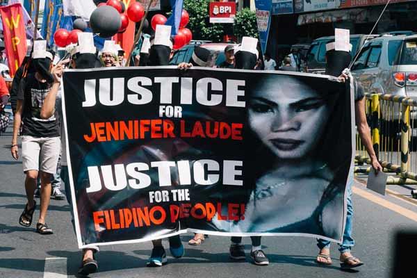Film Still CALL HER GANDA von Regisseur, Produzent und Ko-Autor PJ Raval aus USA und Philippinen, 2018, über den Mord an Transfrau Jennifer Laude durch einen US-Marine; eine Demo wegen dem Gerichtsfall und für Filipino-Gerechtigkeit zieht durch die Straßen