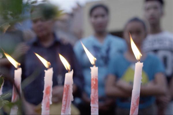 Film Still CALL HER GANDA von Regisseur, Produzent und Ko-Autor PJ Raval aus USA und Philippinen, 2018, über den Mord an Transfrau Jennifer Laude durch einen US-Marine; Kerzen brennen bei der Mahnwache für das Mordopfer