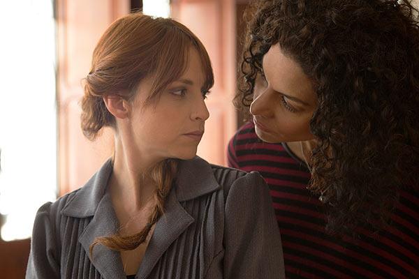 Film Still EVA + CANDELA von Autorin, Regisseurin und ausführender Produzentin Ruth Caudeli aus Kolumbien, 2018; Regisseurin Candela (Alejandra Lara) schaut Schauspielerin Eva (gespielt von Silvia Varón) bei einem Casting kritisch über die Schulter