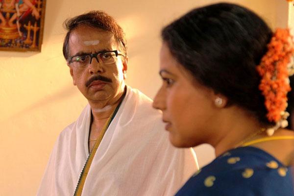 Film Still EVENING SHADOWS von Regisseur, Produzent und Ko-Autor Sridhar Rangayan aus Indien, 2018; der Brahmane Damodar (gespielt von Ananth Narayan Mahadevan) schaut seine Frau Vasudha (gespielt von Mona Ambegaonkar) von der Seite an
