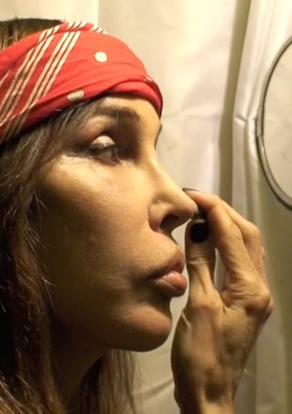 """Film Still I HATE NEW YORK von Regisseur Gustavo Sánchez aus Spanien, 2018; ausführender Produzent Juan Antonio Bayona (""""Jurassic World: Das gefallene Königreich"""", """"A Monster Calls""""); Sophia Lamar schminkt sich"""