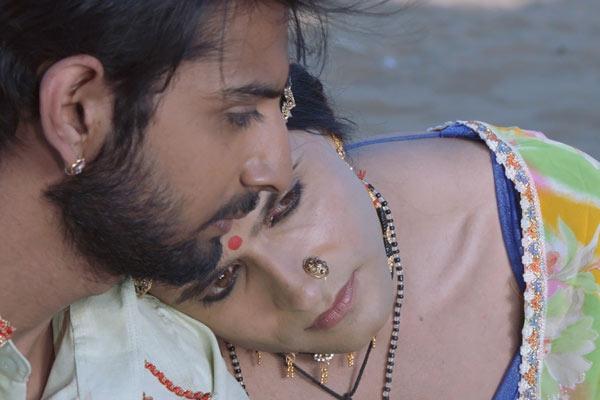 Film Still KHEJDI von Debüt-Regisseur Rohit Dwivedi aus Indien, 2018, mit Hindi-TV-Star Ashish Sharma; Khejdi (gespielt von Sharma) lehnt sich an der Schulter ihres Ehemanns Mangal (gespielt von Akash Singh) an