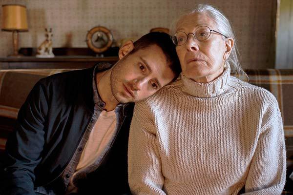 Film Still MAN IN AN ORANGE SHIRT von Regisseur Michael Samuels, BBC-Zweiteiler aus GB, 2017; Tierarzt Adam (gespielt von Julian Morris) legt seinen Kopf auf die Schulter seiner Großmutter Flora (gespielt von Vanessa Redgrave)