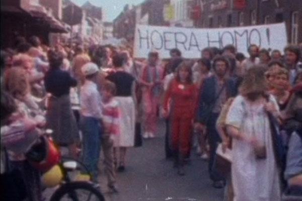 Film Still MONUMENT OF PRIDE vom Regisseur, Autor und Produzent Sebastiaan Kes, NL 2017, über das Homo-Mahnmal in Amsterdam und holländische schwul-lesbische Geschichte; eine Demo in den 1970ern mit einem Hoera-Homo-Transparent