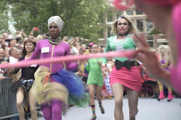 Film Still MONUMENT OF PRIDE vom Regisseur, Autor und Produzent Sebastiaan Kes, NL 2017, über das Homo-Mahnmal in Amsterdam und holländische schwul-lesbische Geschichte; Drag-Queens laufen bei den Queen Olympics einen Wettlauf in Stöckelschuhen
