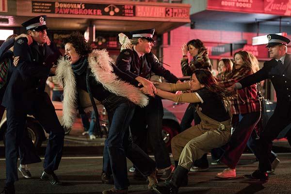 Film Still RIOT von Regisseur Jeffrey Walker aus AUS, 2018, über Homo-Aufstände zum ersten Mardi Gras in Australien; zwei Demonstrantinnen versuchen sich von Polizisten loszureißen