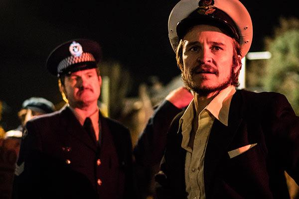 Film Still RIOT von Regisseur Jeffrey Walker aus AUS, 2018, über Homo-Aufstände zum ersten Mardi Gras in Australien; Lance Gowland (gespielt von Damon Herriman) trägt eine Kapitänsmütze