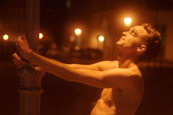 Film Still SODOM von Regisseur und Autor Mark Wilshin aus England, 2017; Will (gespielt von Pip Brignall) steht nachts nackt an eine Laterne gefesselt in Berlin
