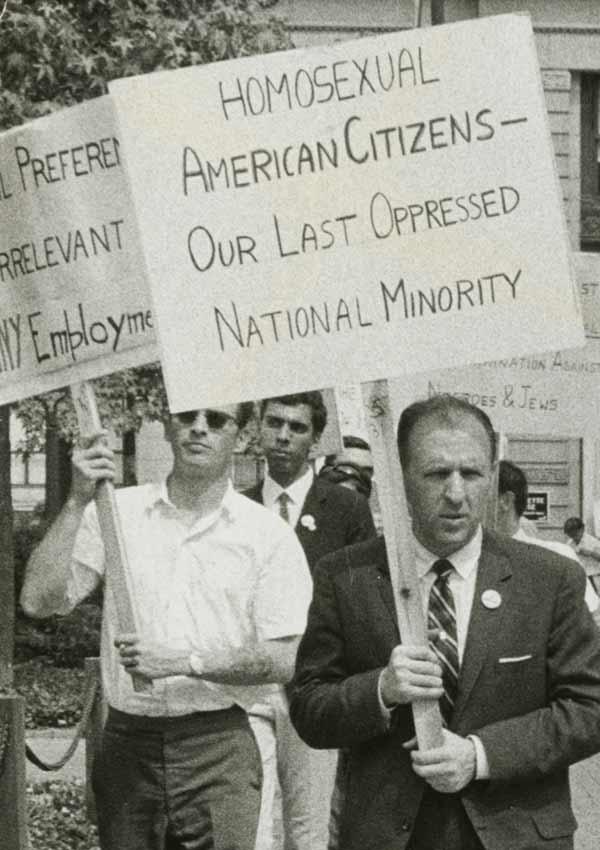 Film Still THE LAVENDER SCARE von Debüt-Regisseur Josh Howard aus USA, 2017, über Eisenhowers Hexenjagd auf homosexuelle US-Regierungsmitarbeiter; Proteste vor dem Weißen Haus 1965