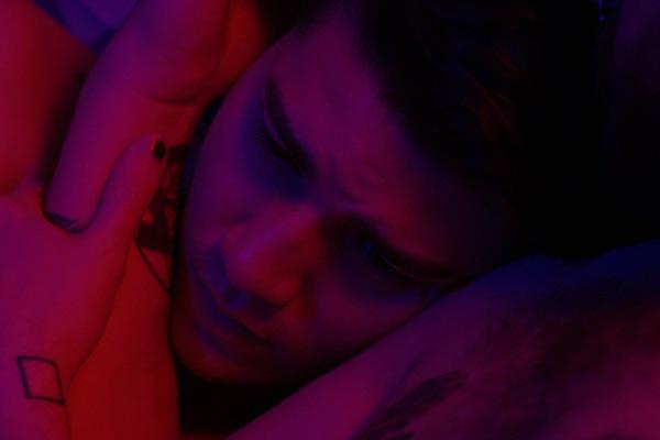 Film Still VERTICAL LINES von Regisseur, Ko-Autor, Hauptdarsteller und Editor Kyle Reaume; Andrew (gespielt von Nick Neon) legt seinen Kopf zärtlich auf die Brust von Dave (gespielt von Reaume)